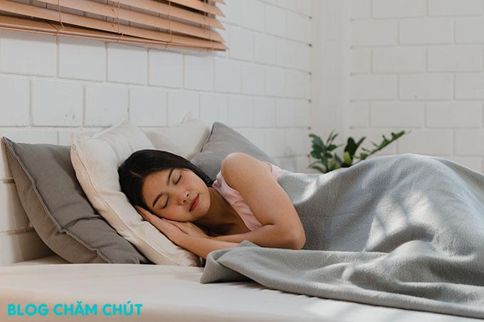 ngủ đủ giấc là cách để ngày đèn đỏ qua nhanh