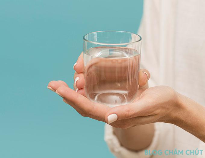uống nước ấm là cách để ngày đèn đỏ qua nhanh
