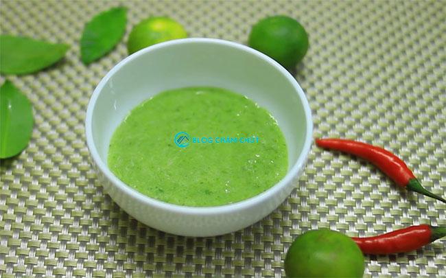 Rong nho chấm với nước sốt muối ớt xiêm xanh