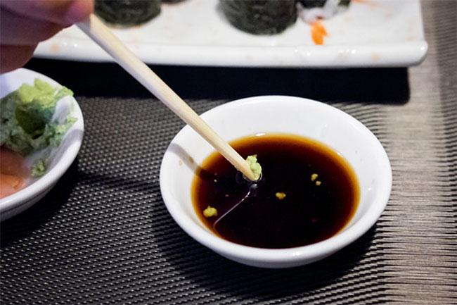 Rong nho chấm với nước tương với wasabi